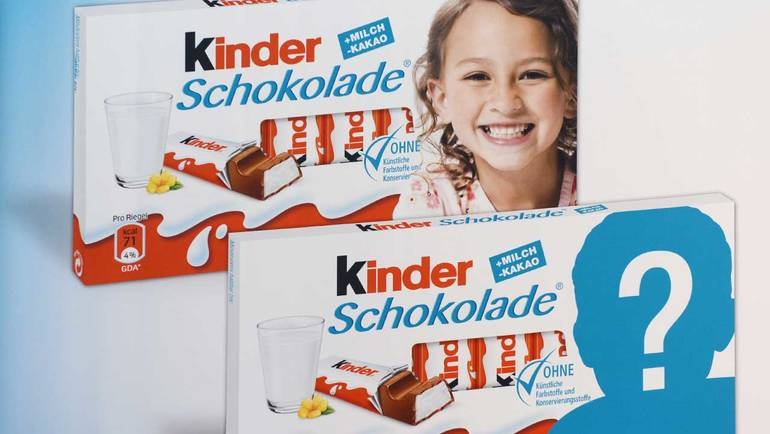 2 kinderschokolade tafeln mit kindergesicht als werbung auf der einen tafel auf der anderen