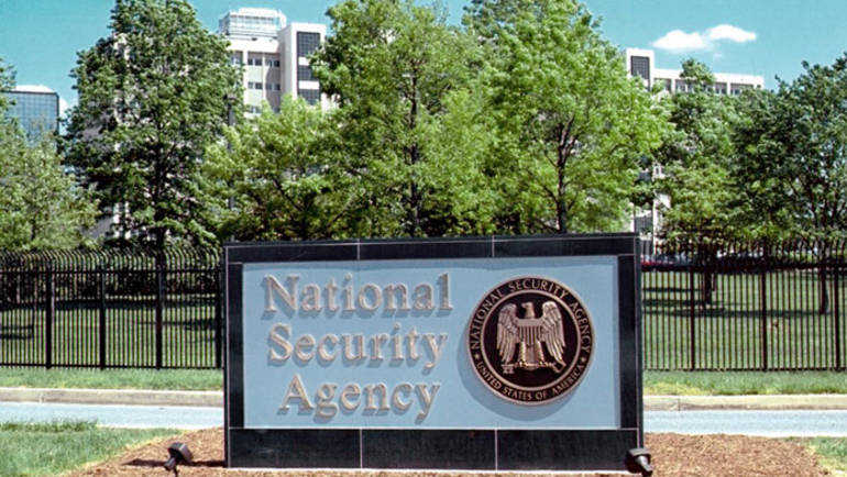 NSA-Logo vor dem Sitz der National Security Agency (NSA) in Fort Meade, Maryland, USA.