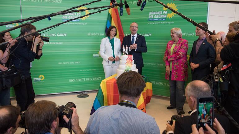 Nachdem der Bundestag die Ehe für Lesben und Schwule geöffnet hat, wurde Volker Beck von der Fraktion mit einer Hochzeitstorte empfangen. Es folgte ein Pressestatement.
