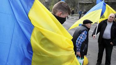 Anti-Korruptionsproteste in Kiev, Ukraine - 09 Apr 2019; Aktivisten auf der Antikorruptionsdemo in Kiew schwenken die ukrainische Flagge.